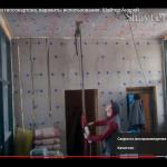 С помощью подъемника и перфоратора сверлим отверстия на потолке.